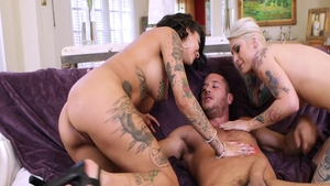 Tattooed chick Bonnie Rotten rough threesome
