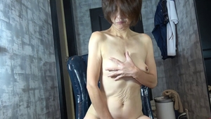 Japanese mature gets a buzz out of handjob in HD