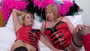 Lesbo in latex licking
